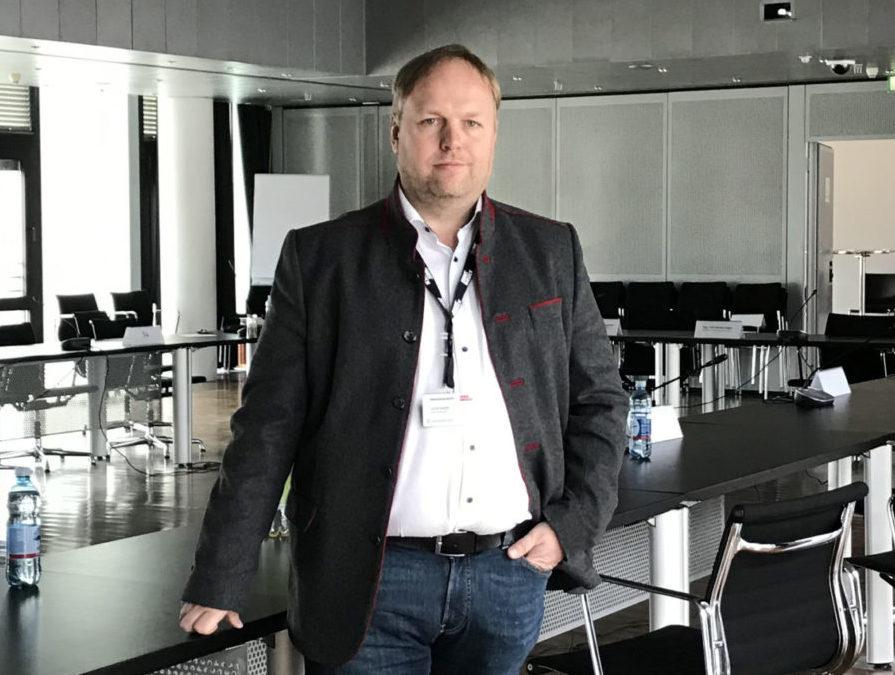 Bild von GR Klubobmann Lucas Krackl im Plenarsaal anzeigen
