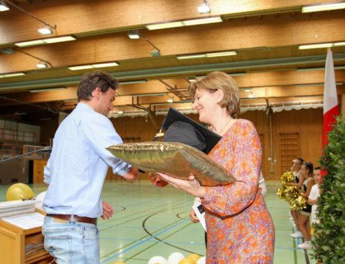 Graduiertenfeier der Football Akademie – Emotionaler Schulabschluss in der Mittelschule Hötting-West